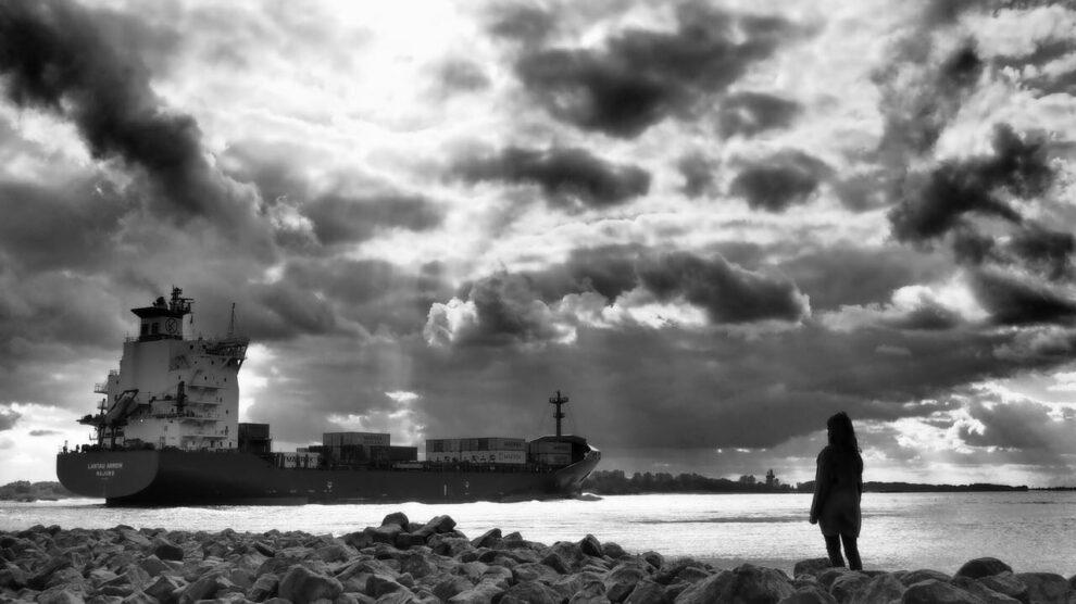 Mädchen schaut auf die Elbe
