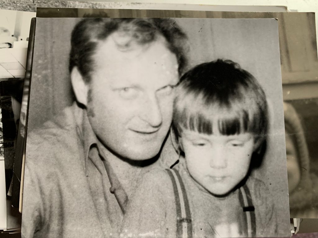 Ein vergilbtes Foto - ein Mann und ein Junge sind darauf